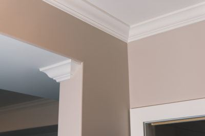 Detail of crown moulding on ceiling