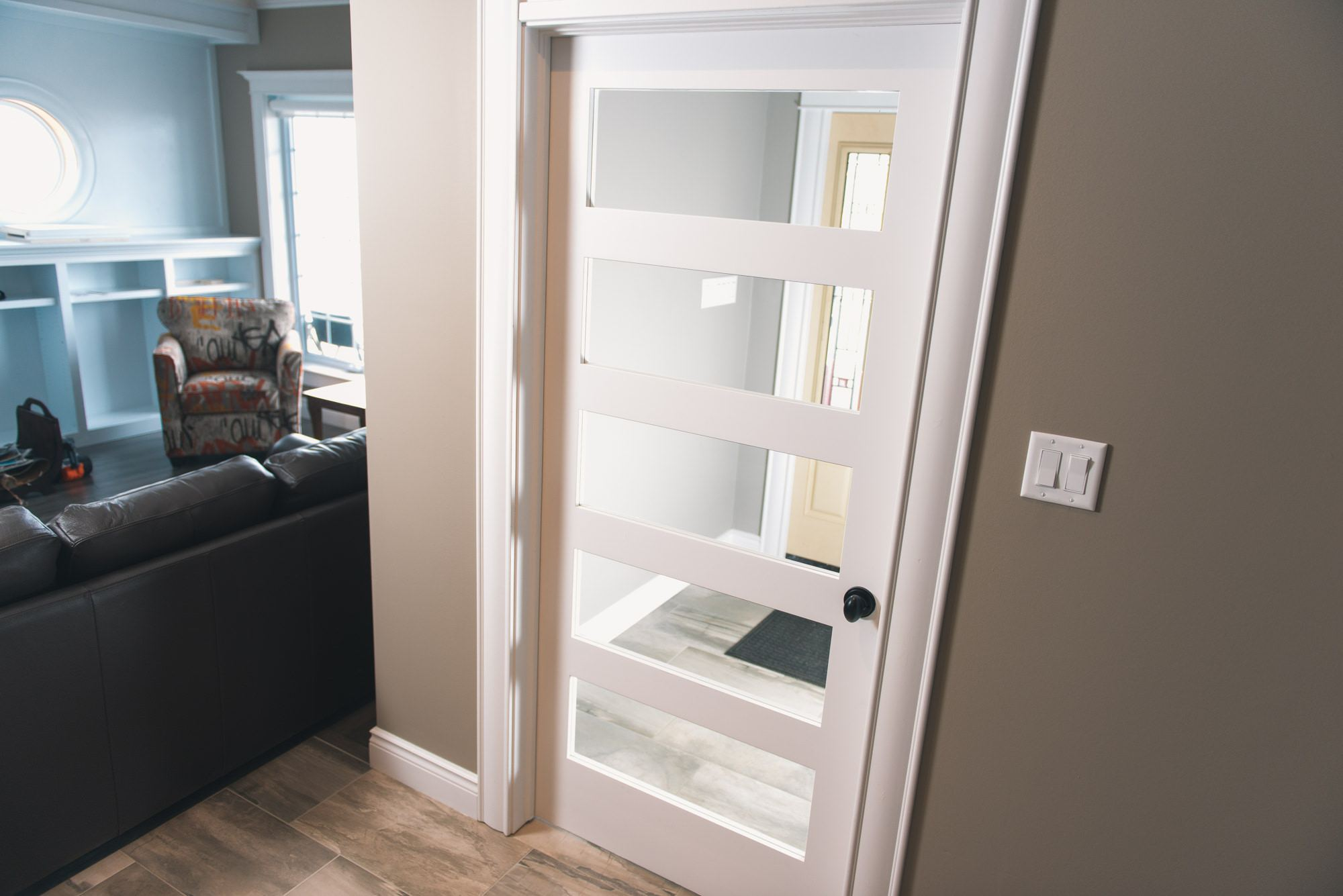 Etonnant 5 Panel Shaker Door With Clear Glass With Baseboard And Casing